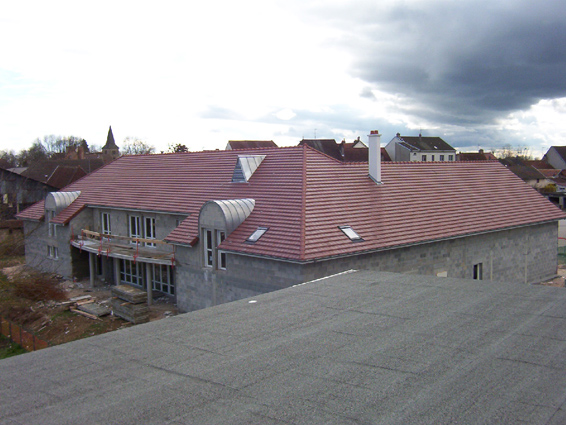 Pôle Multiservices à Chaussin (39) - Couverture tuiles en terre cuite castel